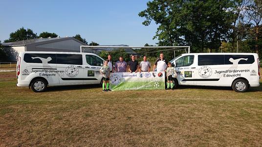 Zwei Minibusse für die Edewechter Fußballjugend